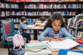 Školačka čtení knih v knihovně