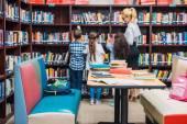 učitel s dětmi v knihovně