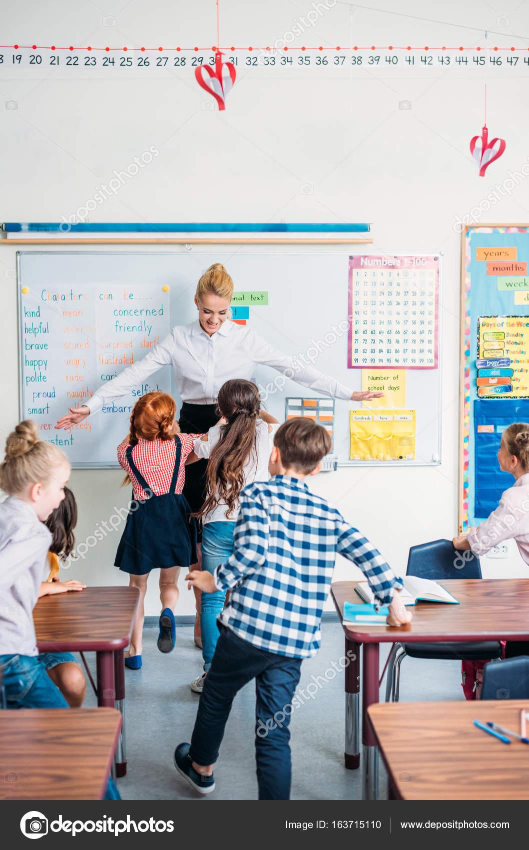 Учитель обнимается с учениками — Стоковое фото ...
