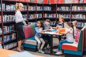 Učitel dává lekce v knihovně