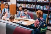 Fotografia bambini piccoli in biblioteca