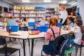 Kinder haben Unterricht in der Bibliothek