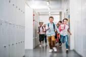 žáci běh školní chodbou