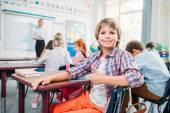 školák ukazuje palec