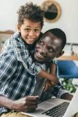 Fényképek tölteni az időt a munka és fia apja