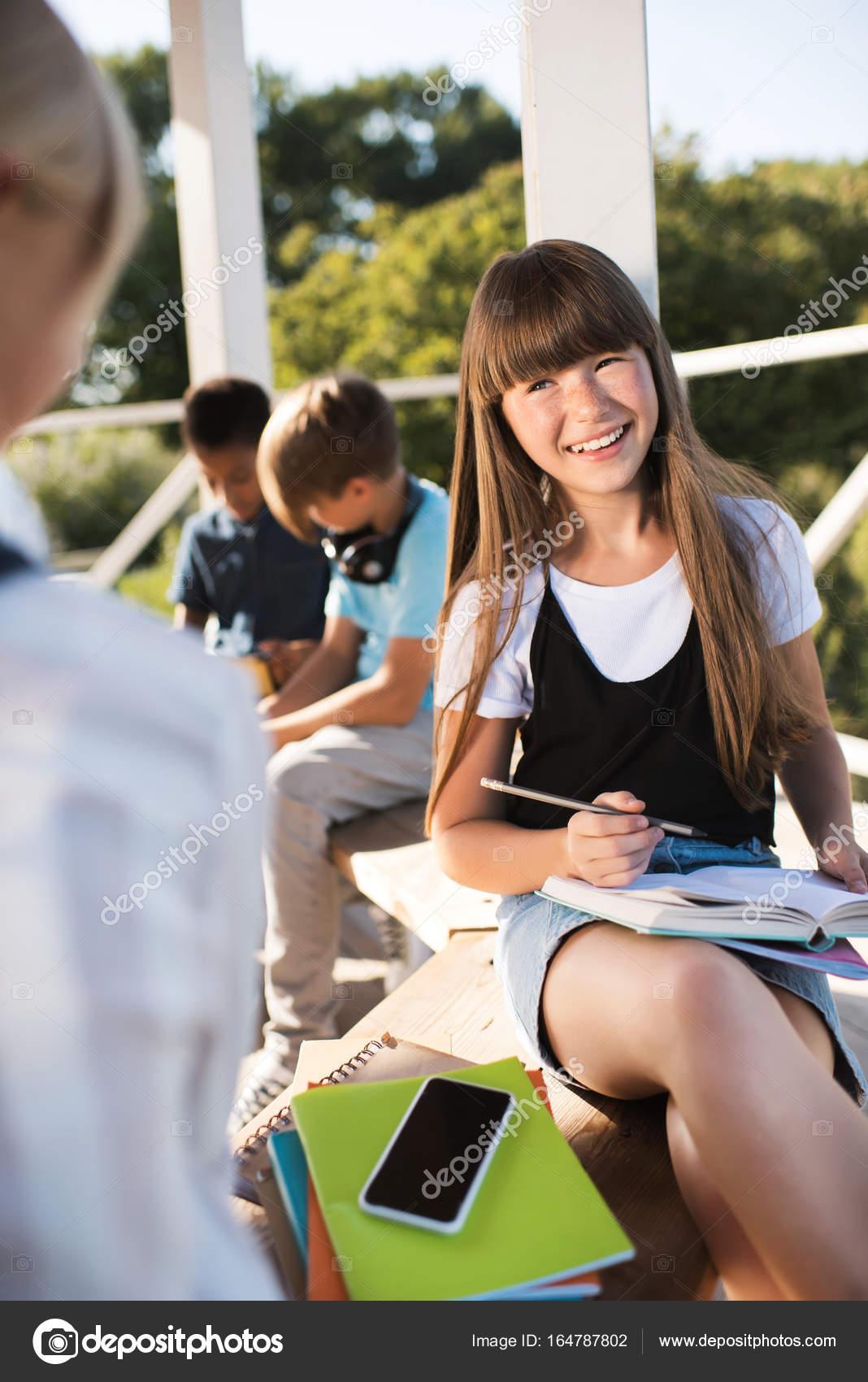 702954943 Adolescente sonriente estudiando con libros — Foto de stock ...