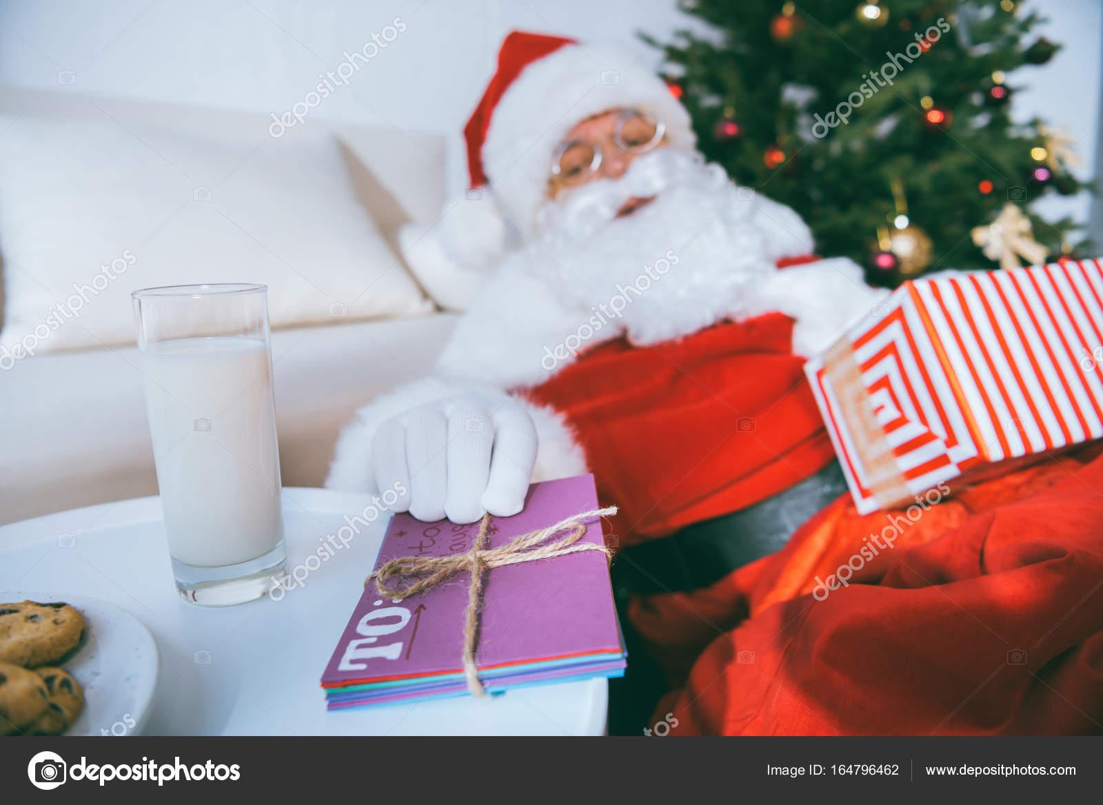 Enfoque selectivo de santa claus toma carta de mesa con vaso de leche y  galletas - imágenes  carta para papa noel — Foto de ArturVerkhovetskiy —  Foto de ... 7eef7856bc6