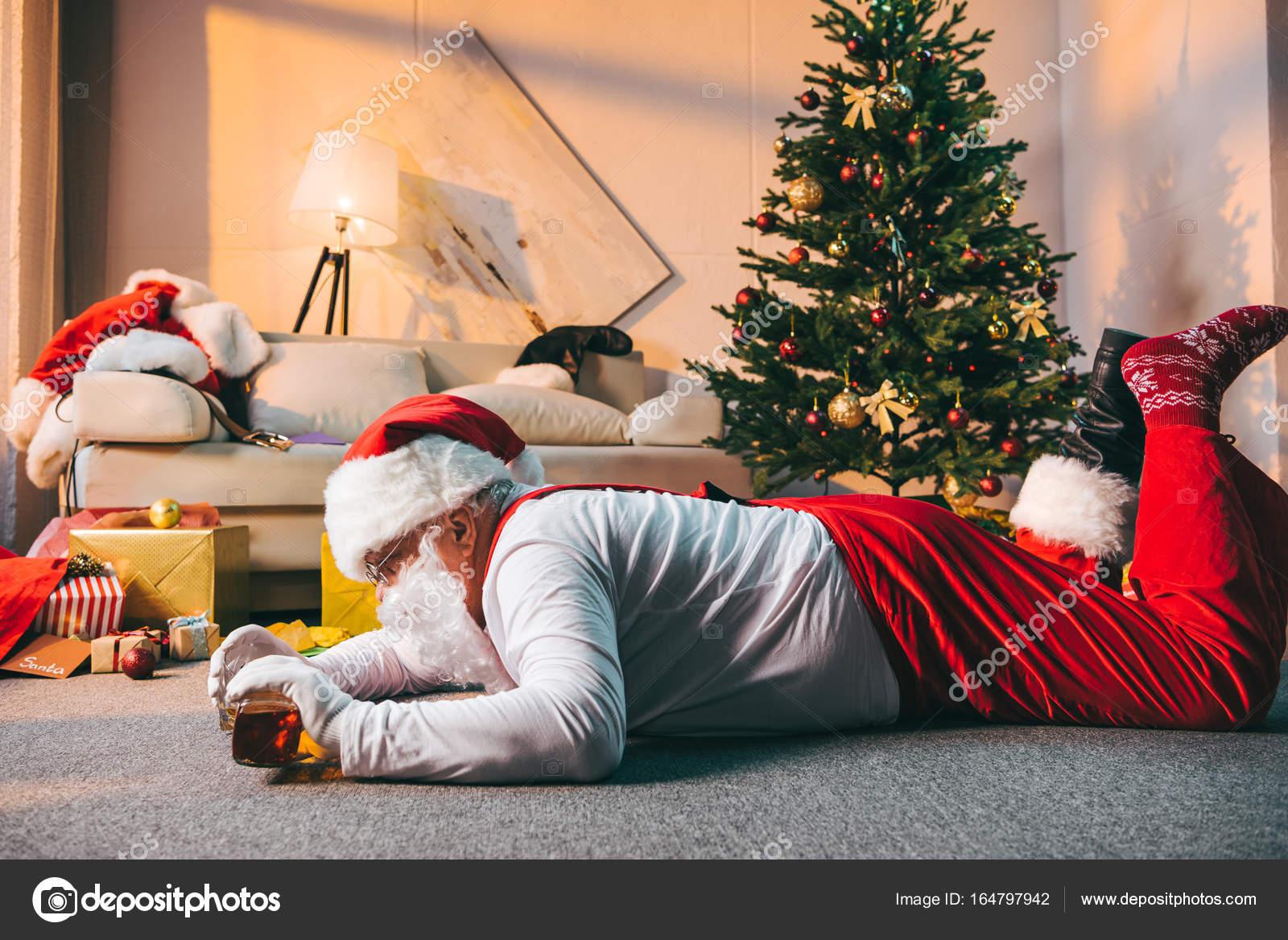 Babbo Natale Ubriaco.Babbo Natale Cattivo Ubriaco Foto Stock C Arturverkhovetskiy