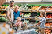 Bevásárlókocsi szupermarketben család