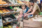 rodina s nákupní vozík v supermarketu