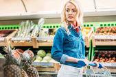 žena v obchod s potravinami