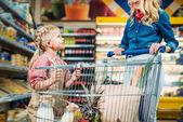 madre e figlia in supermercato