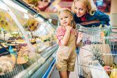 Fotografia madre e figlia in supermercato