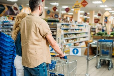 couple in grocery shop
