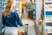 Žena v nákupní supermarket