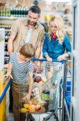 Fotografie family in supermarket