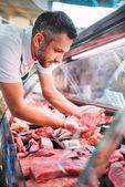 prodavače třídění vhodnou syrové maso