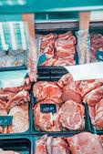 čerstvé syrové maso v supermarketu