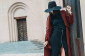 Frau in schickem Mantel und Hut