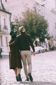 Paar spaziert ins Freie