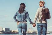 Fotografie mladý pár, drželi se za ruce