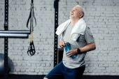 Fotografie senior sportsman with towel