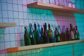 Fényképek különböző üveg polc sáv