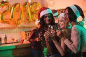 Fényképek pohár pezsgő multikulturális nők