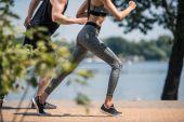 sportovní dvojice běhání v parku