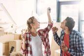 Paar trinkt Champagner im neuen Haus