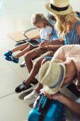 Fotografie děti pomocí tabletu na letišti