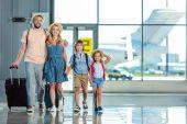 családok a repülőtéren