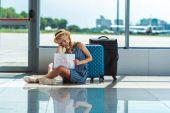 žena s kartou v Letiště
