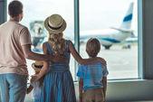Fotografie Familie suchen Fenster in Flughafen