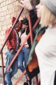 Fotografie stilvolle junger Mann flirtet mit Frau