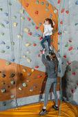 Malá holčička, lezecká stěna s úchyty