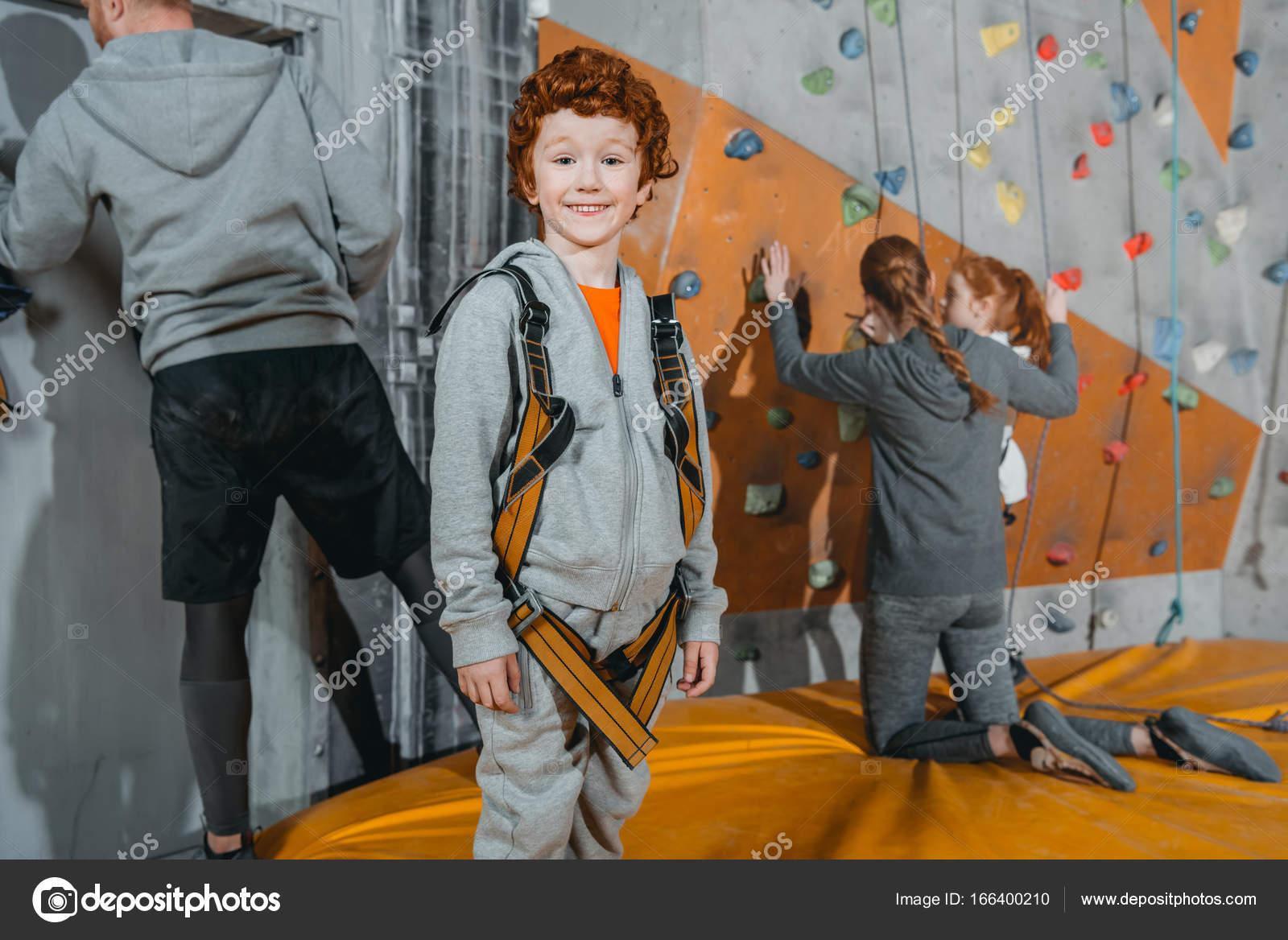 Klettergurt Mädchen : Junge im klettergurt in turnhalle u stockfoto arturverkhovetskiy