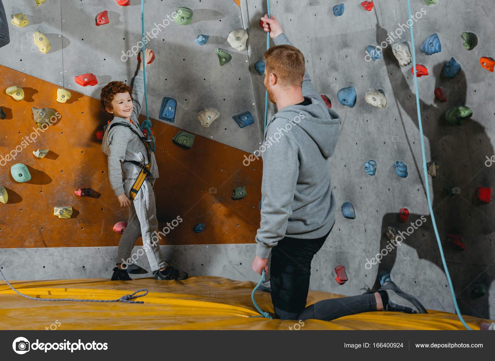 Klettergurt Mit Selbstsicherung : Kleiner junge im klettergurt u2014 stockfoto © arturverkhovetskiy #166400924