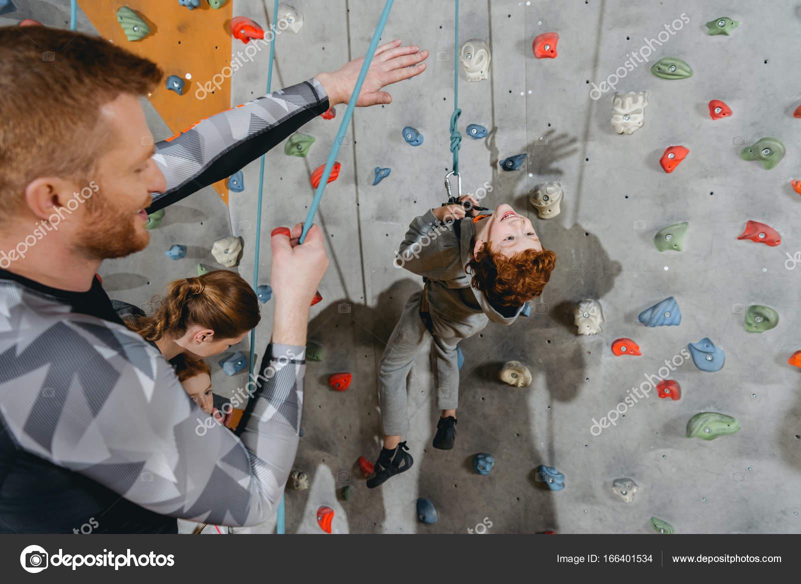 kleiner junge kletterwand mit griffen — stockfoto