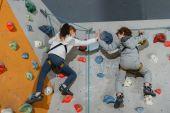 Fotografia Dando il cinque bambini sulla parete rampicante