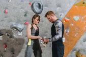 Fotografia uomo e donna applica talco alle mani