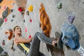 žena lezecká stěna s úchyty