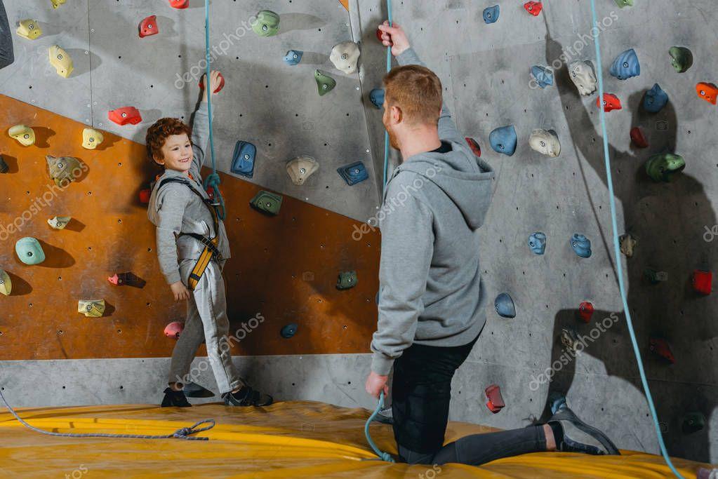 Klettergurt Sicherung : Kleiner junge im klettergurt u stockfoto arturverkhovetskiy