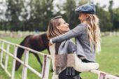 Fotografia famiglia al paddock con cavallo