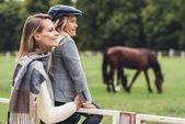 matka a dcera v paddocku s koněm