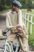 nő ül a kerékpáros