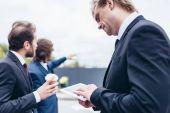 üzletemberek, dolgozó digitális tabletta