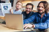 Photo businessmen using laptop