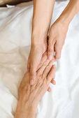 ženy držící se za ruce