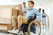 Fotografie Mann im Rollstuhl im Krankenhausflur